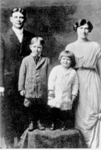 Ronald and his older brother Neil, with parents Jack and Nelle Reagan. (c. 1916-17)